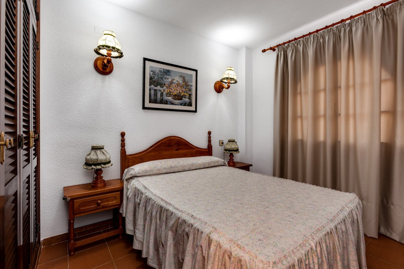 Sypialnia z podwójnym łóżkiem.