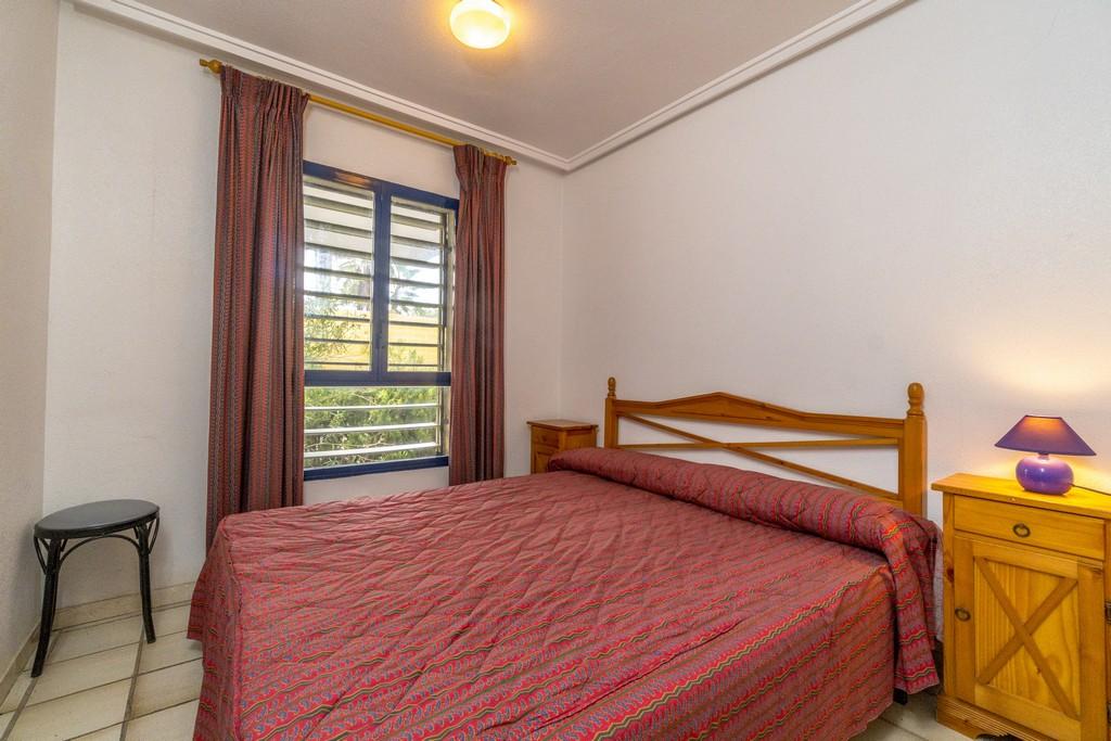Sypialnia z podwójnym łózkiem.